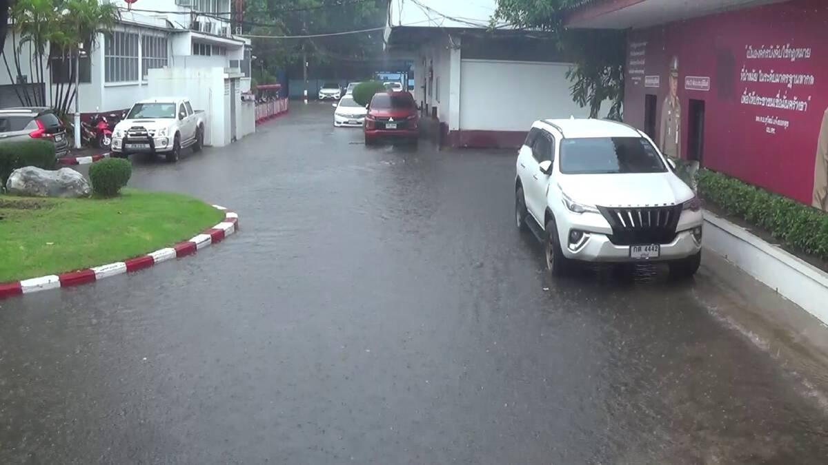 ฝนถล่มกว่า 1 ชม.น้ำท่วมขังถนนหลายสายในเขตเทศบาล