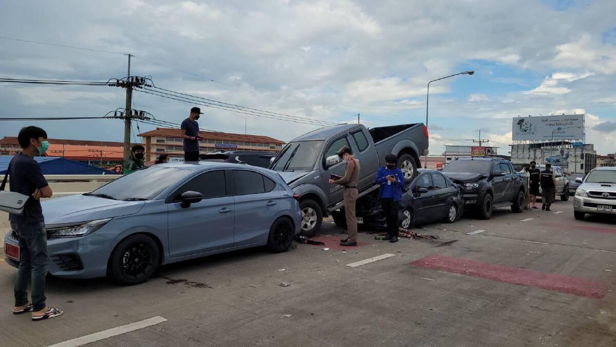เบรคไม่ทัน! รถยนต์เสยท้ายพังยับ 4 คันรวด กลางสะพานสูง