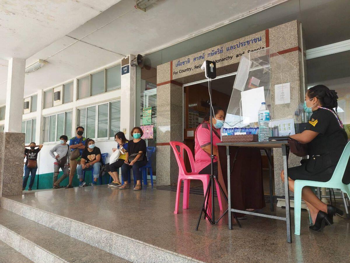 เยี่ยมผู้ป่วยที่ศูนย์โควิด19 ปชช.ลงทะเบียนฉีดวัคซีนที่ค่ายทหาร