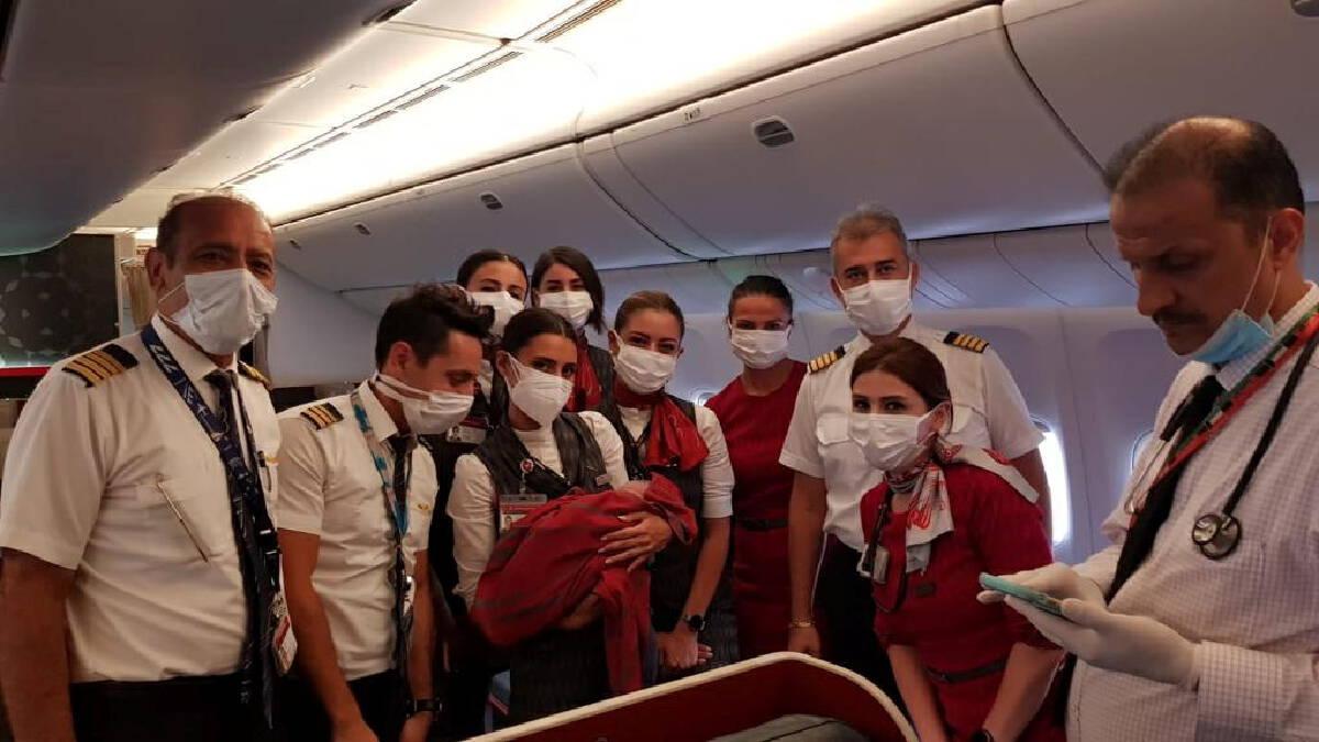 แม่ชาวอัฟกันคลอดลูกบนเครื่องบินไปอังกฤษ