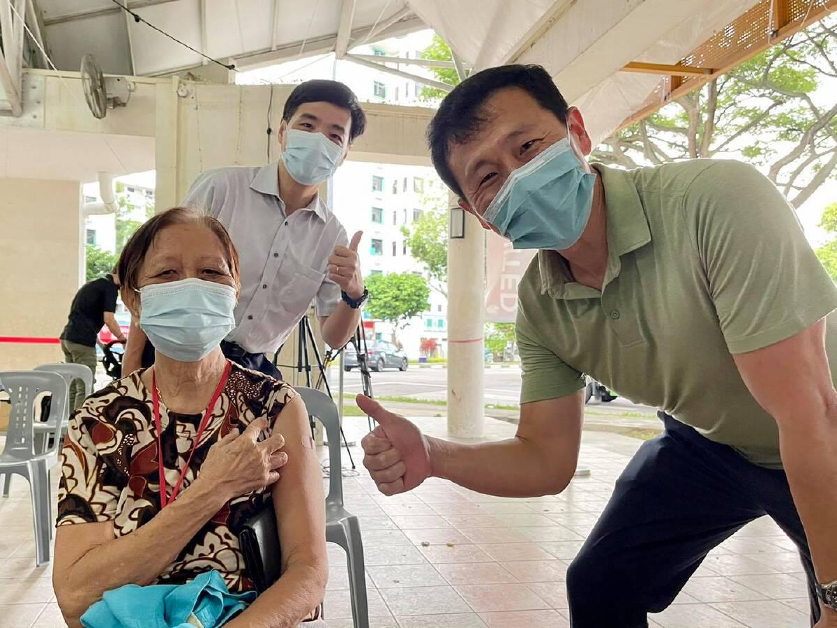ออง เย คัง รมว.สาธารณสุขสิงคโปร์ (ขวาสุด) ลงพื้นที่เยี่ยมจุดฉีดวัคซีนโควิดเมื่อเดือน ก.ค.2564