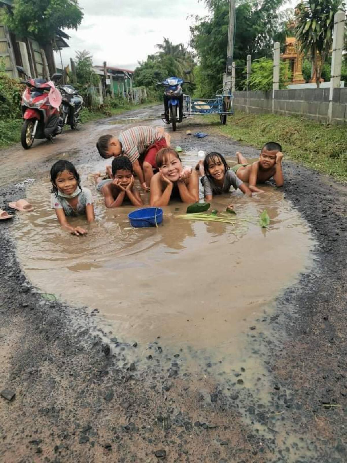 ชาวบ้านสุดทนถ่ายคลิปนุ่งกระโจมอกอาบน้ำกลางถนนชำรุดกว่า10ปี