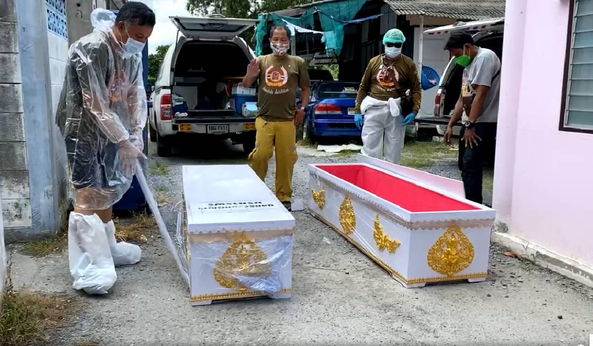เจ้าหน้าที่รับศพตายาที่เสียชีวิตจากโควิด