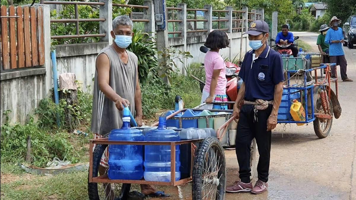 แล้งจัด ชาวบ้านนำถังใส่รถเข็นต่อคิวรับน้ำ