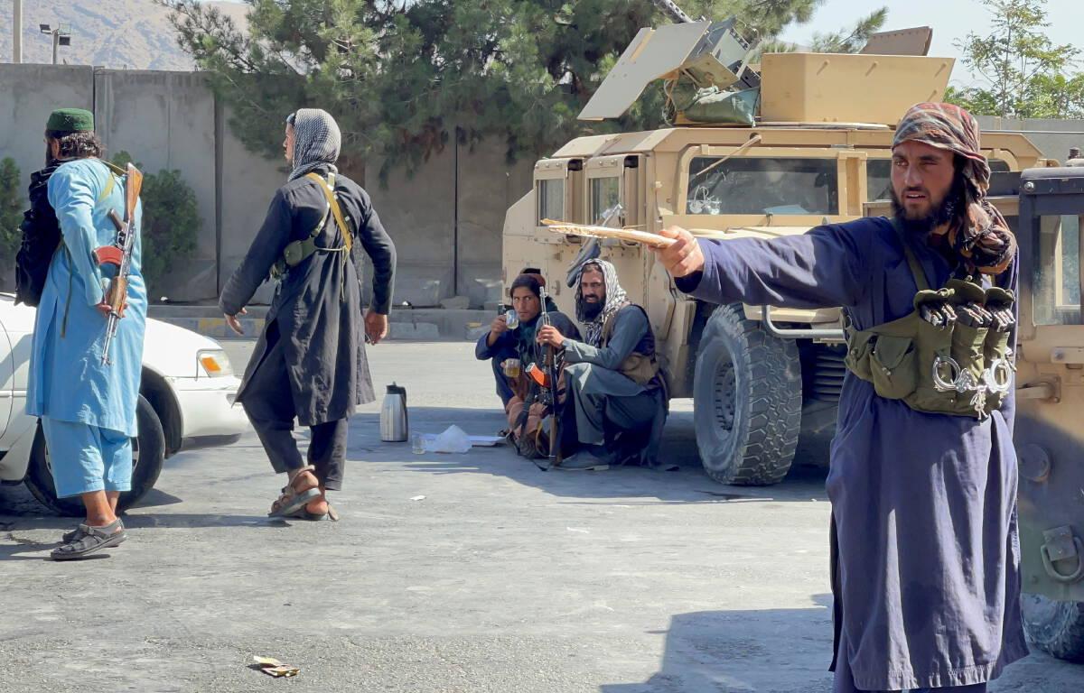 ตาลีบันปิดกั้นถนนรอบสนามบินในกรุงคาบูลของอัฟกานิสถานเมื่อวันที่ 27 ส.ค.2564