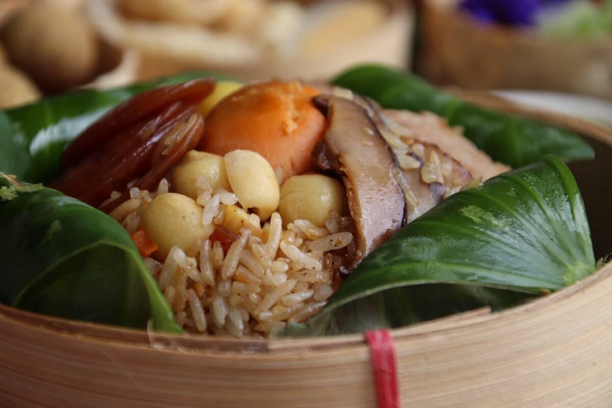 """ชิม""""ข้าวห่อใบบัว""""เมนูเพื่อสุขภาพ ที่บ้านวังส้มซ่า"""