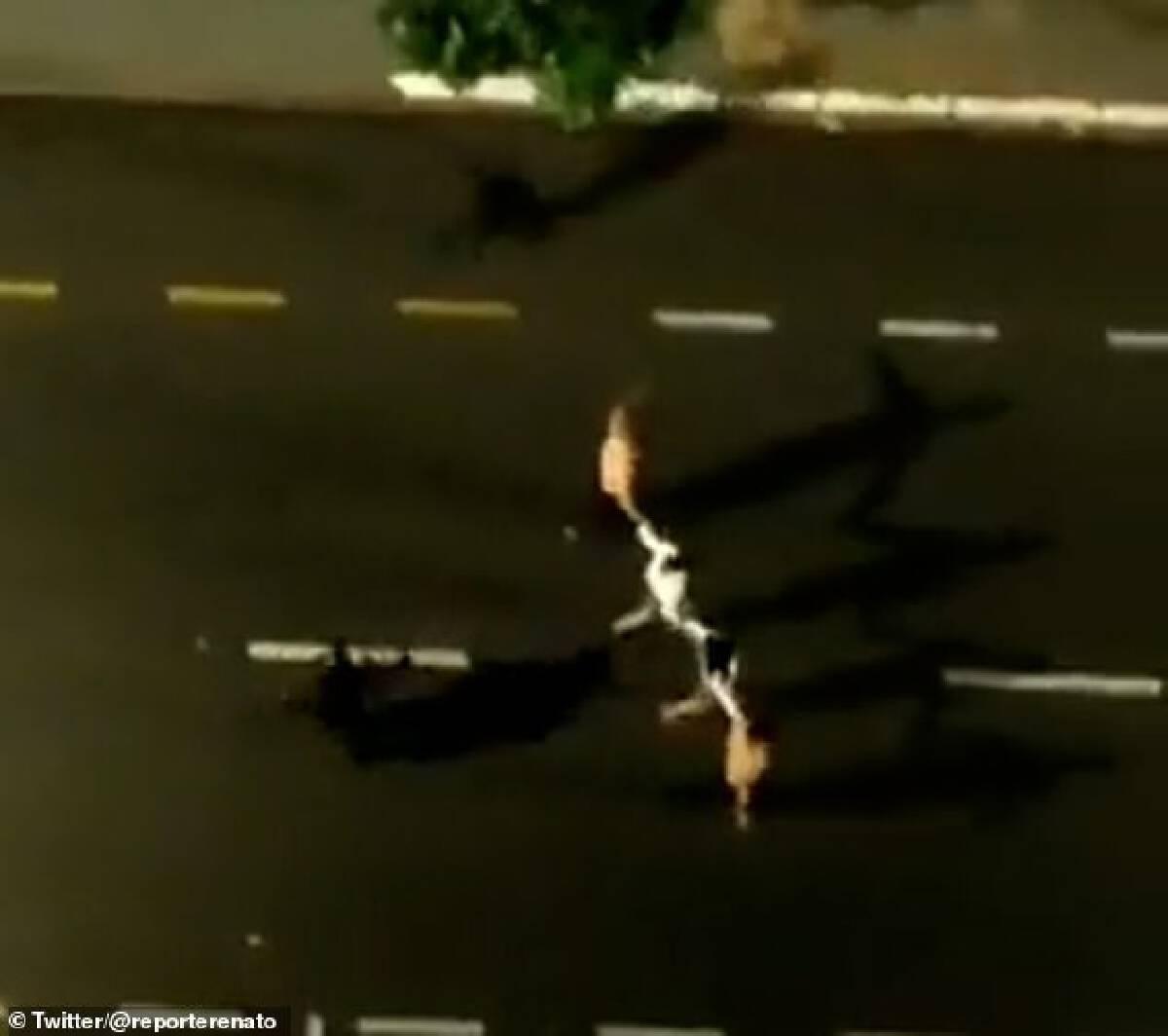 โจรบราซิลสุดโหด จับคนมัดฝากระโปรงรถ กันตำรวจยิง