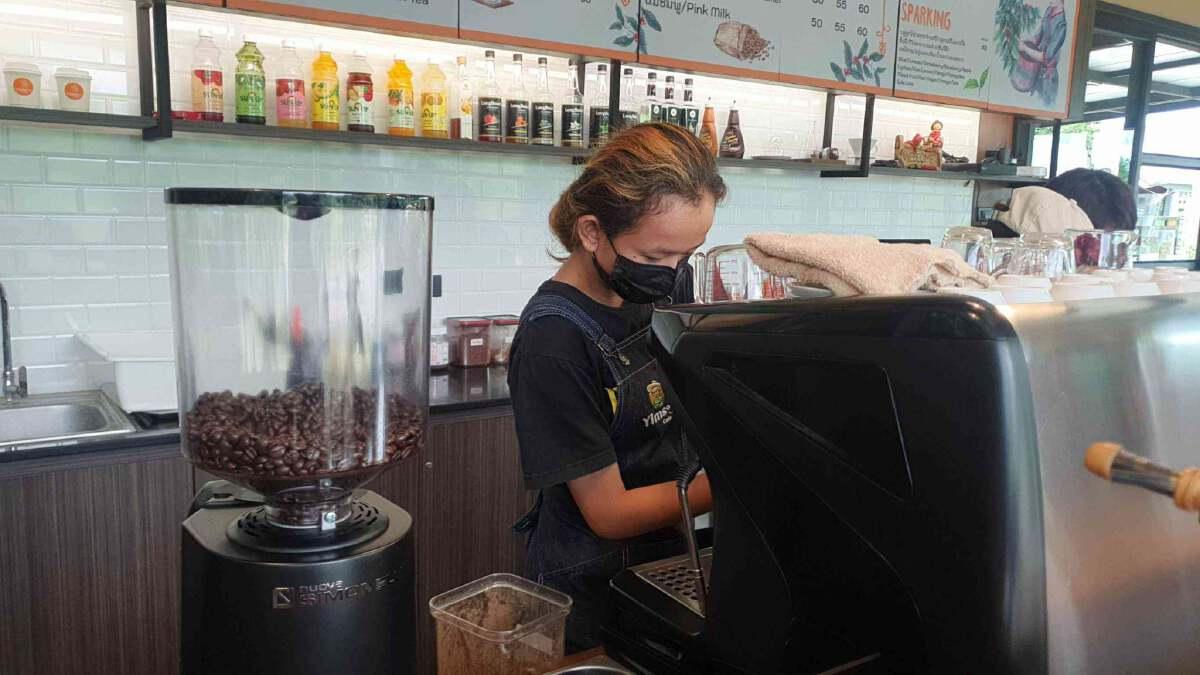 """""""ยิ้มสู้คาเฟ่""""ชวนชิมกาแฟจากบาริสต้าที่เงียบที่สุด"""