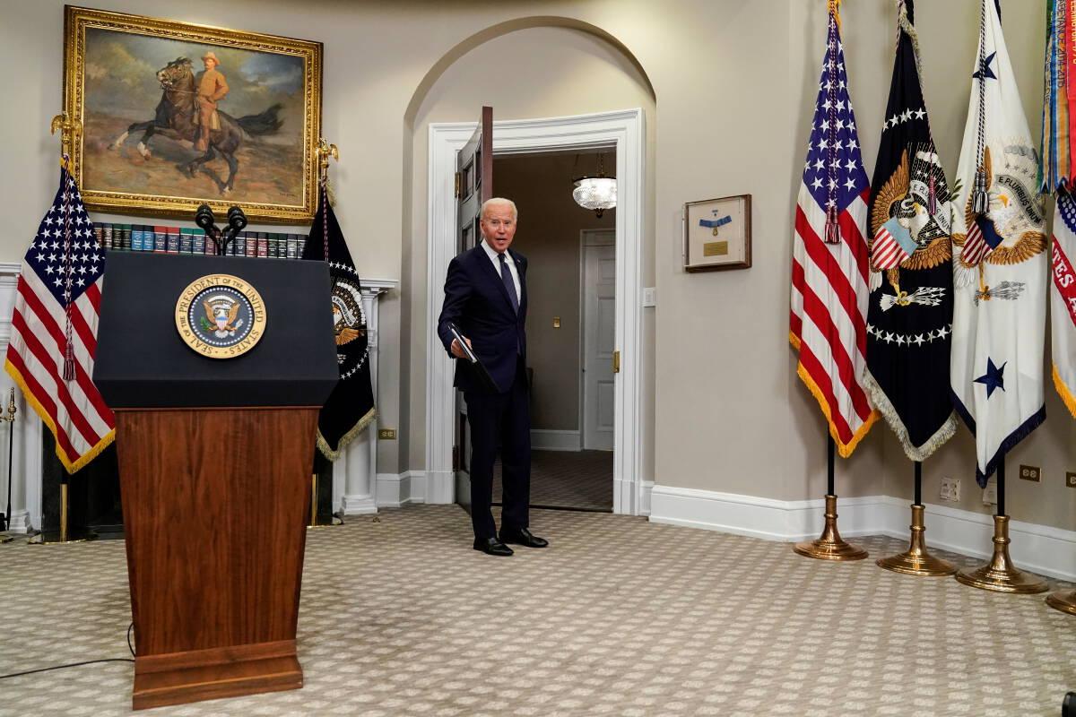 ประธานาธิบดีโจ ไบเดนเดินออกหลังแถลงข่าวเรื่องพายุอองรี และอัฟกานิสถานเมื่อวันที่ 22 ส.ค.2564