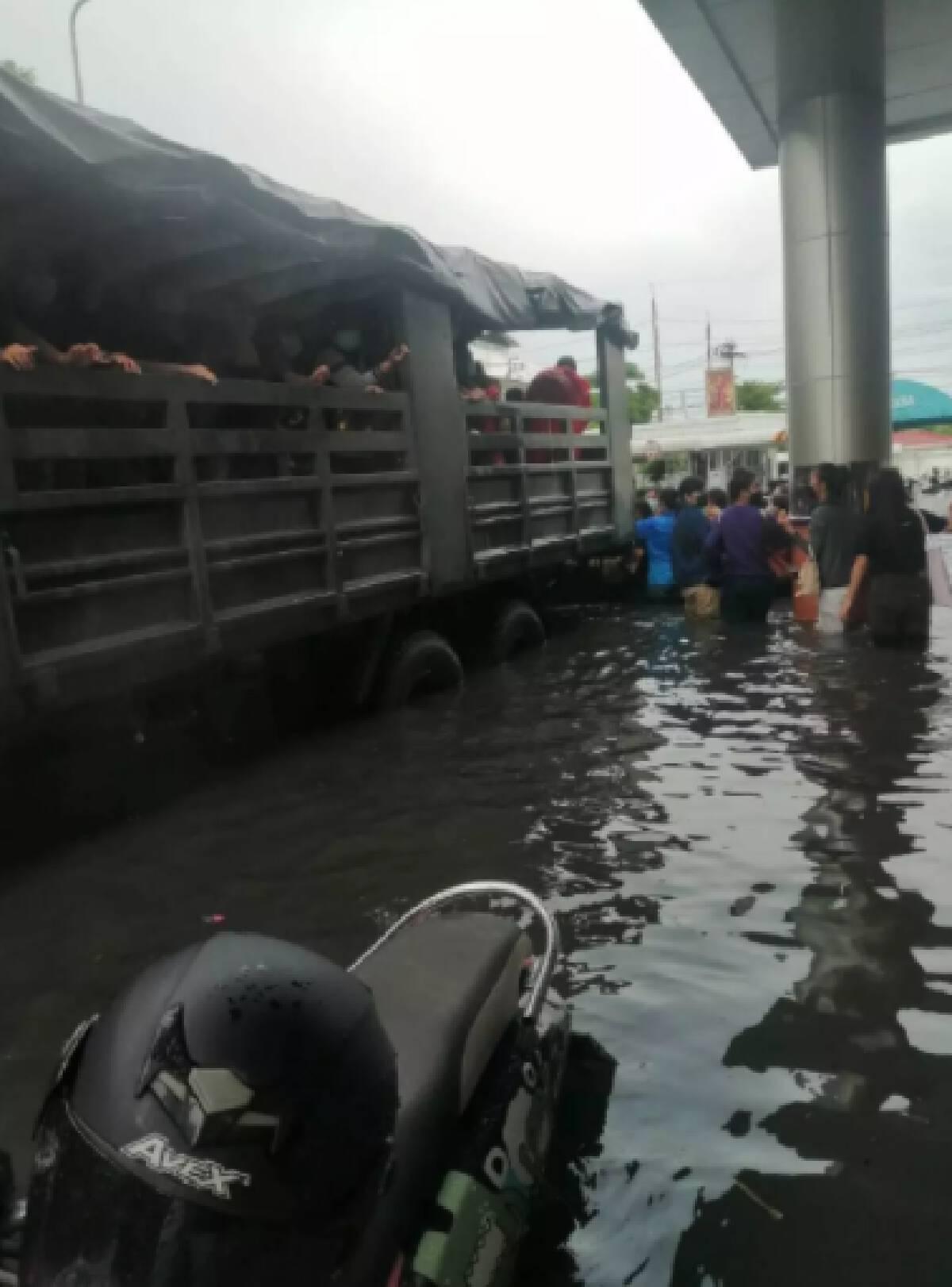 ทหารเข้าช่วยผู้ประสบอุทกภัย ที่บางปู สมุทรปราการ