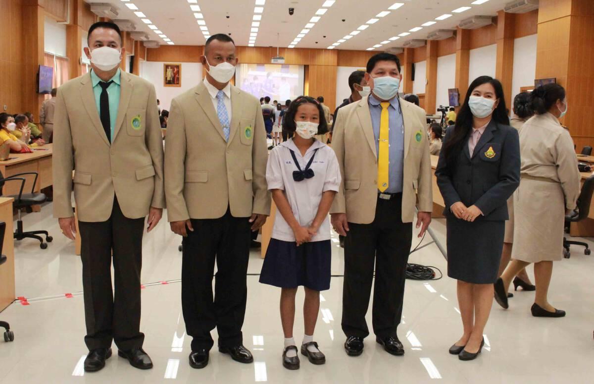 มอบทุนนักเรียนยากจนได้รับผลกระทบโรคโควิด-19