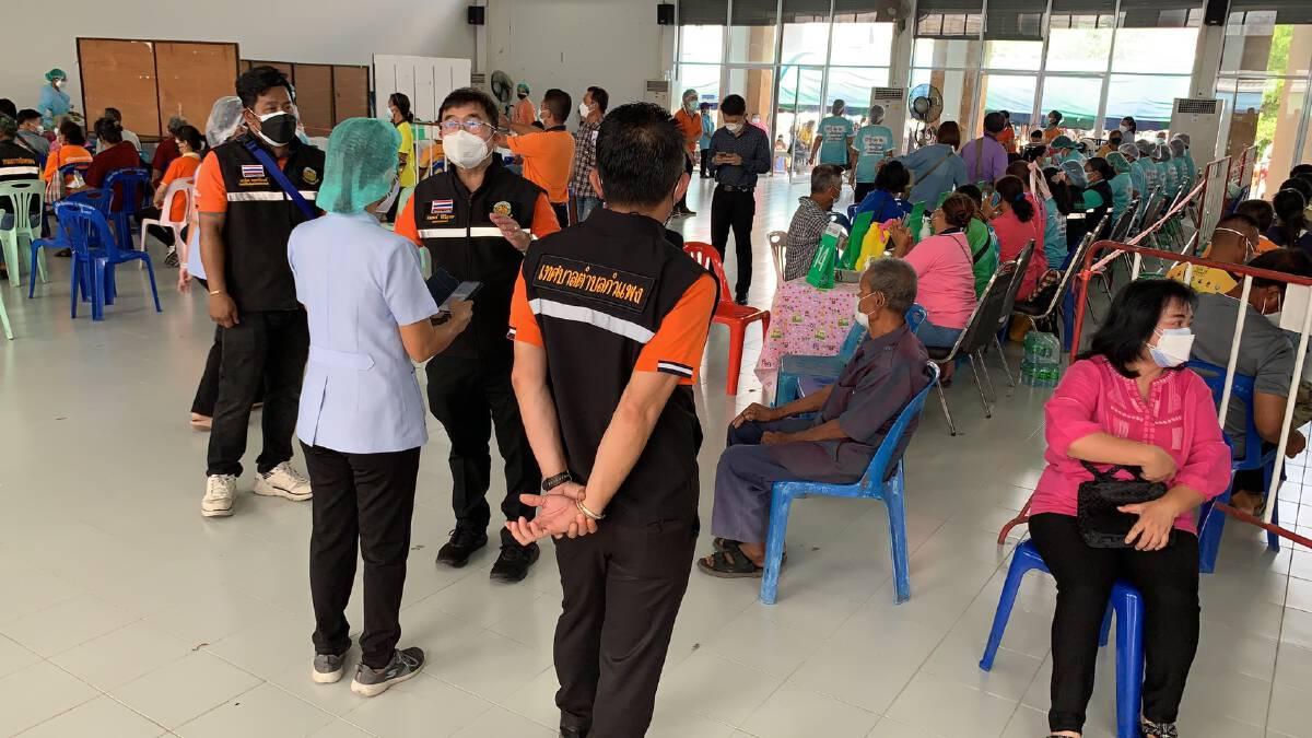ผู้สูงอายุแห่ฉีดวัคซีน ท้องถิ่นนำข้าวกล่องของหวานให้กำลังใจหมอ