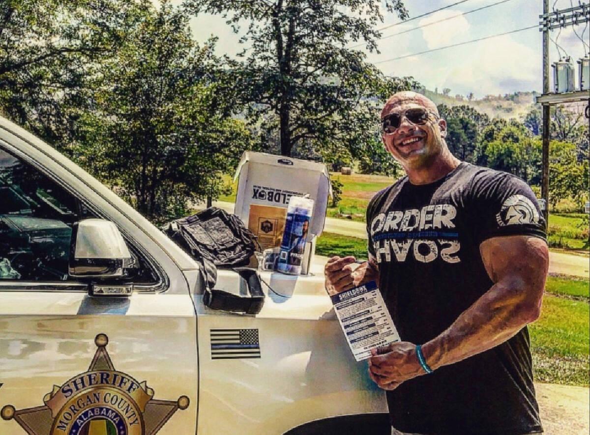 ตำรวจหน้าคล้ายๆ ดเวย์น จอห์นสัน ไปแสดงหนังแทนได้เลย