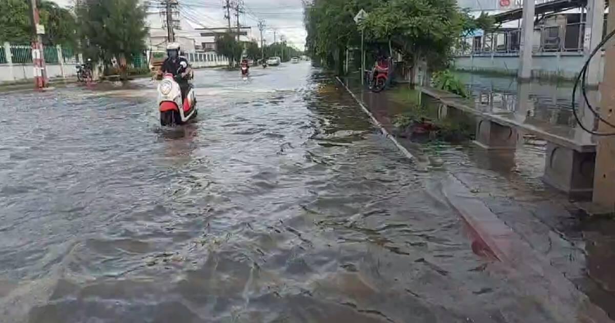 เช็กเลย นิคมอุตสาหกรรมบางปู น้ำท่วมเริ่มลดแล้ว รถยนต์เล็กวิ่งได้