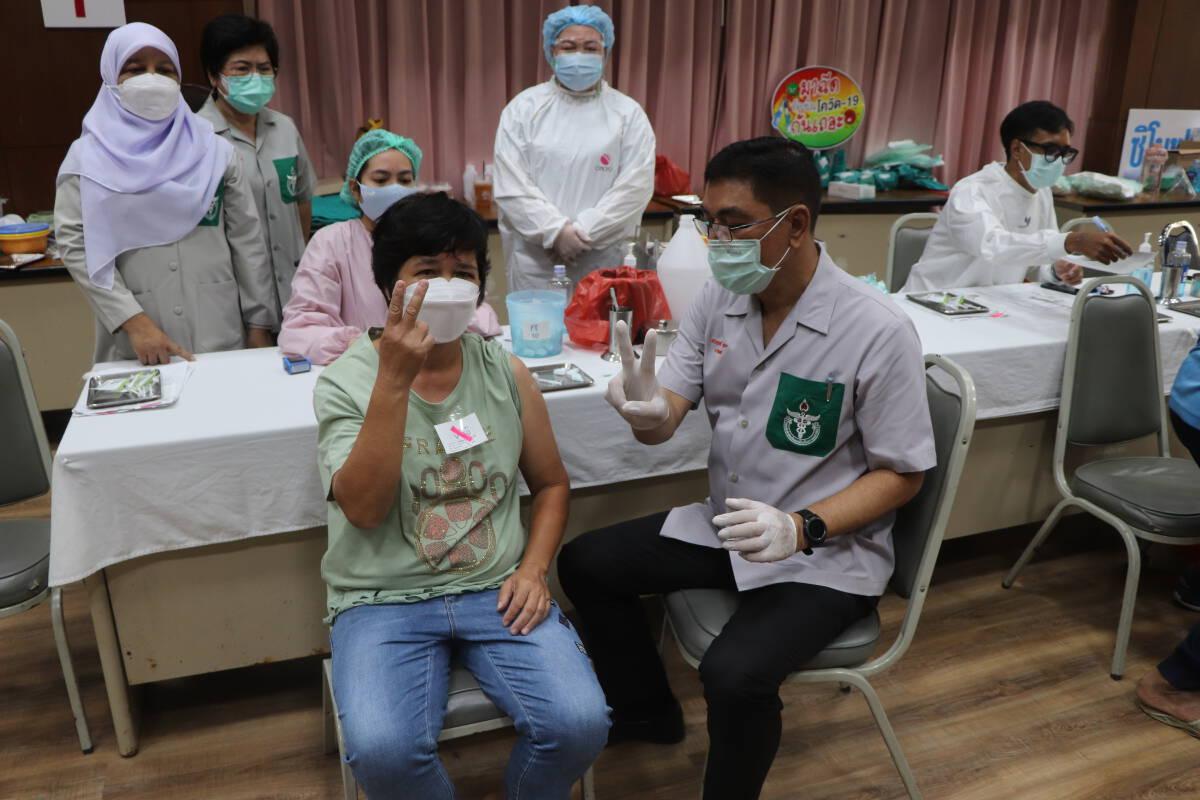 แพทย์ พอ.สว. ฉีดวัคซีนป้องกันโควิด-19 ให้ประชาชนพื้นที่อำเภอเบตง