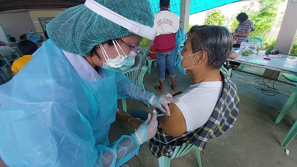 ชาวชุมชนอิสลามแม่สอด-แห่ฉีดวัคซีน หลังระบาดหนัก