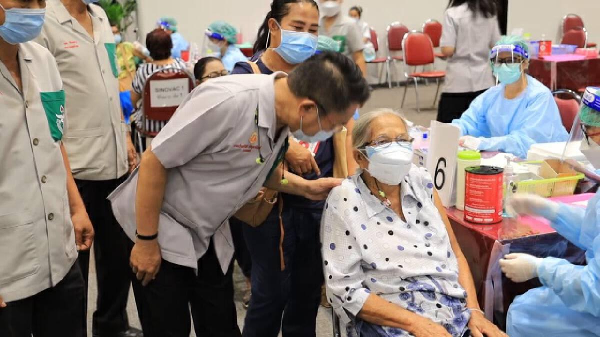 รพ.มหาราชเปิดวอล์คอินฉีดวัคซีนอีกวัน หลังพบเมื่อวานมีคนฉีดน้อย