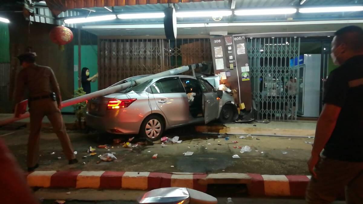 หนุ่มขับเก๋งหลับในพุ่งชนร้านค้าพัง-โชคดีเจ็บเล็กน้อย