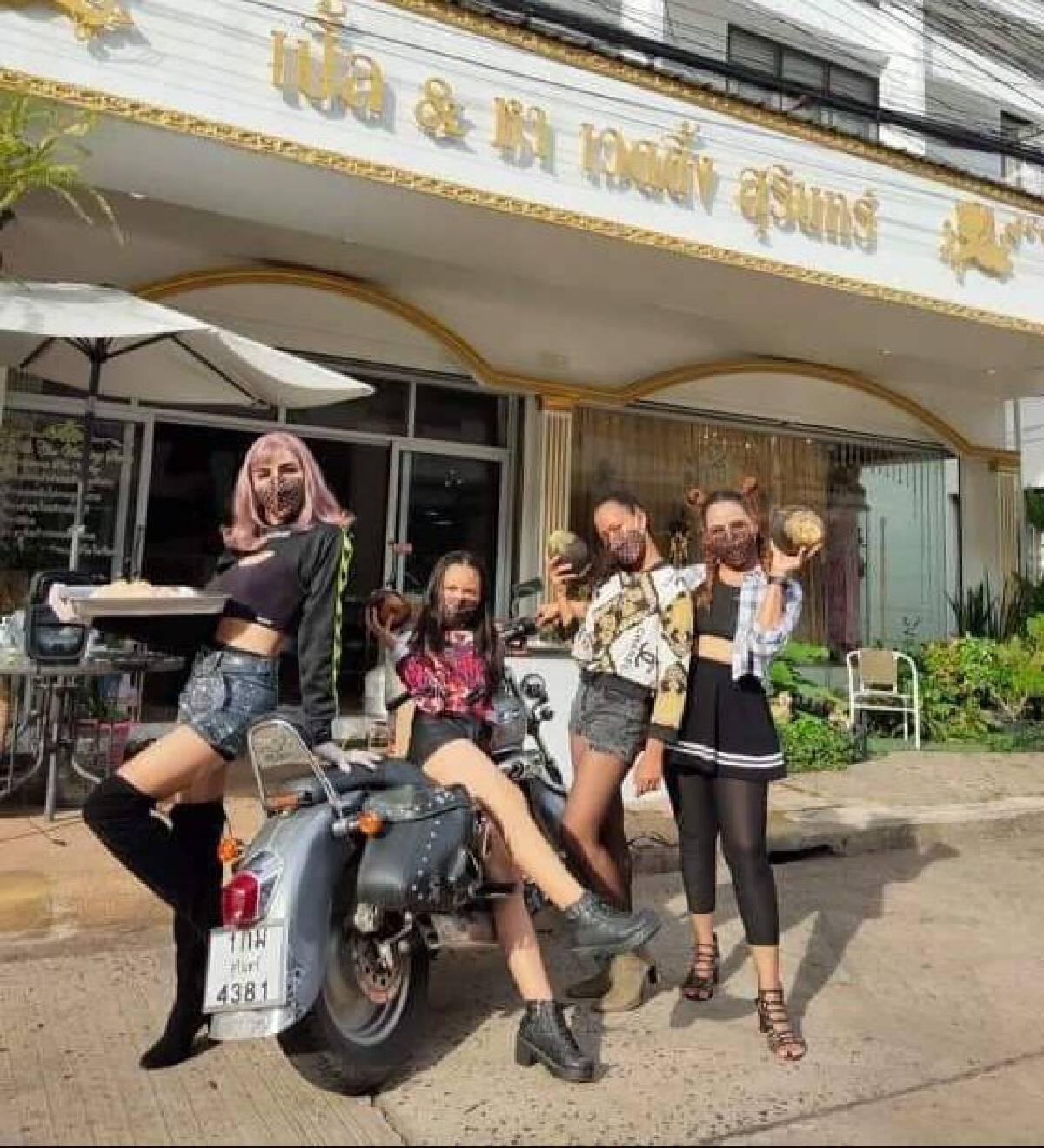 ปรับตัวสู้โควิด แต่งชุดไทยรำไทยไลฟ์สดขายขนมไทยพื้นบ้าน