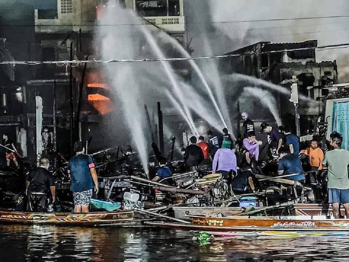 """ชาวเน็ตแห่แชร์ """"เรือซิ่งฮีโร่"""" ช่วยดับไฟไหม้ตลาดบ้านแพ้ว"""