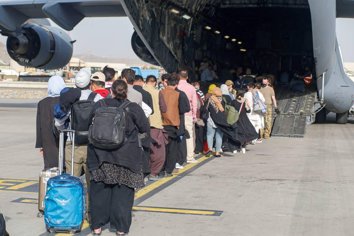 ผู้อพยพกำลังขึ้นเครื่องบินของสหรัฐฯเพื่อออกจากกรุงคาบูลของอัฟกานิสถานเมื่อวันที่ 18 ส.ค.2564