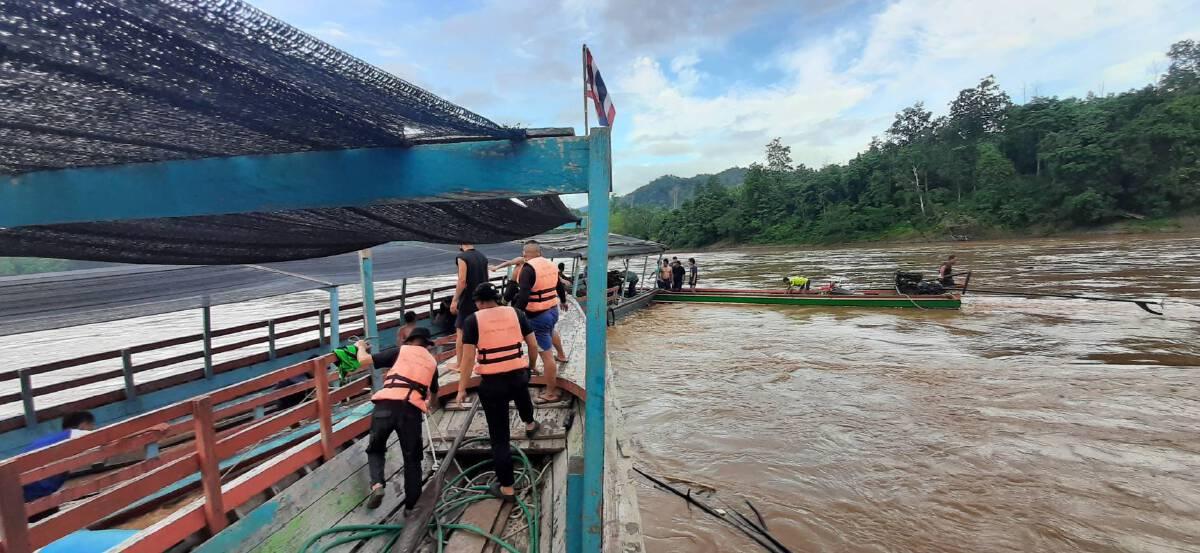 กู้เรือสินค้าชนโขดหินกลางแม่น้ำสาละวิน