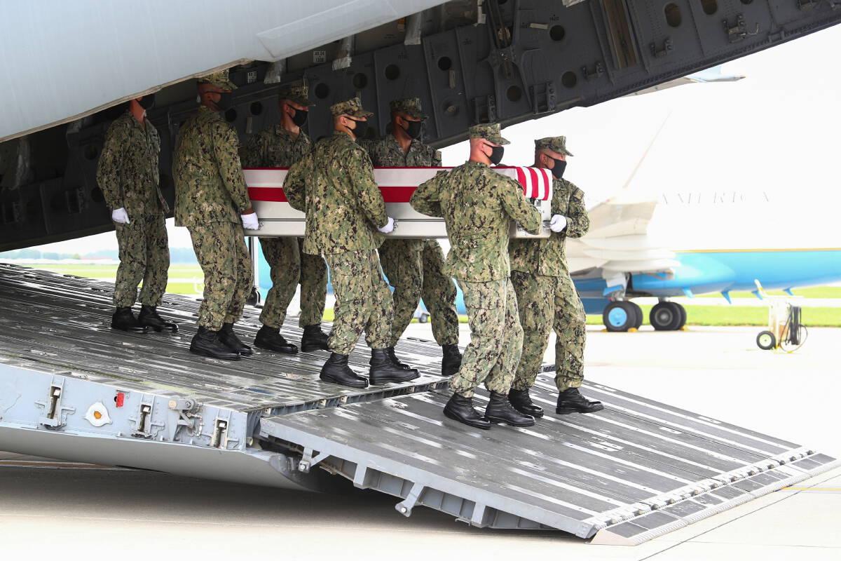 ไบเดนรับศพทหารกลับบ้าน หลังระเบิดพลีชีพที่สนามบินคาบูล