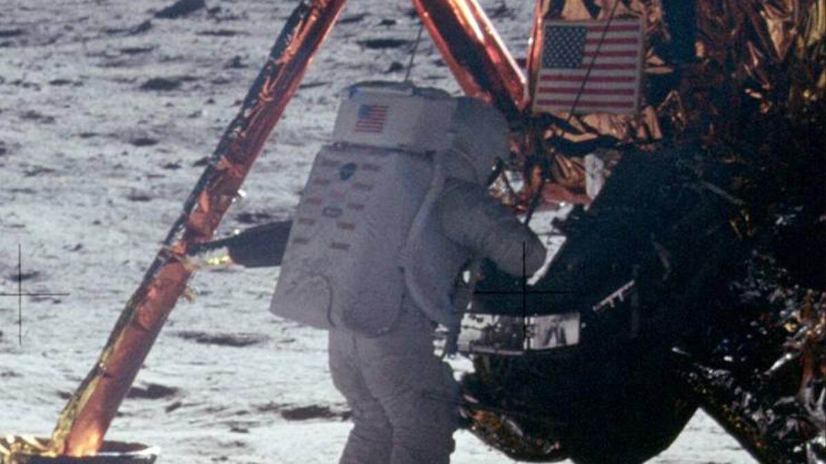 นีล อาร์มสตรอง กับก้าวแรกบนผืนดวงจันทร์