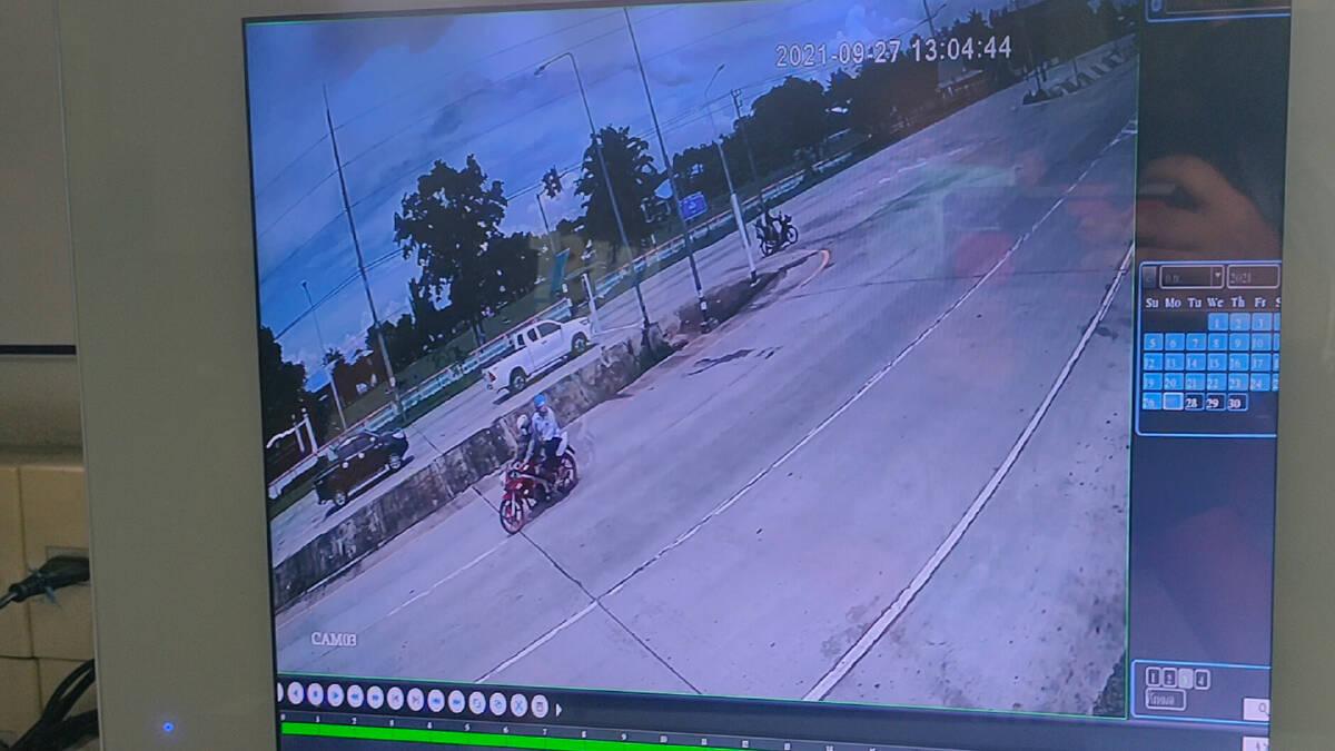 ขี่จักรยานยนต์ย้อนศรฝ่าไฟแดงถูกกระบะพุ่งชนกระเด็นดับคาที่