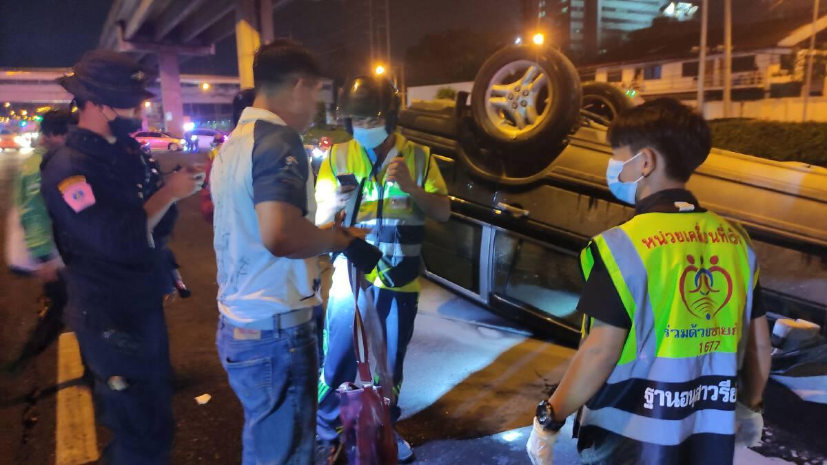 รถยนต์หักหลบผู้ชุมนุมวิ่งตัดหน้า เกิดอุบัติเหตุพลิกคว่ำ