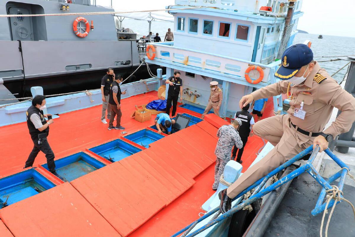 ทัพเรือภาคที่ 1 จับเรือประมงดัดแปลงขนน้ำมันดีเซลเถื่อน 50,000 ลิตร