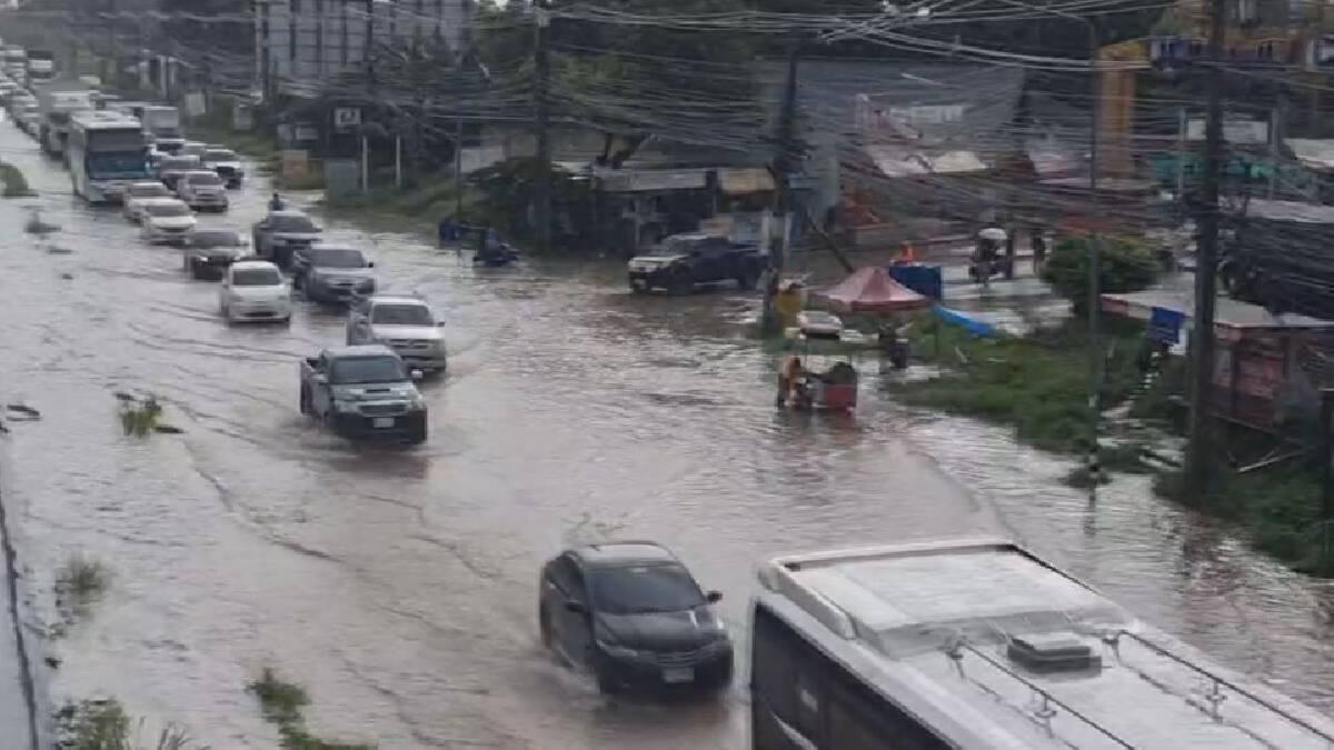ฝนถล่มโคราช น้ำท่วมถนนมิตรภาพ รถติดยาวกว่า 2 กม.