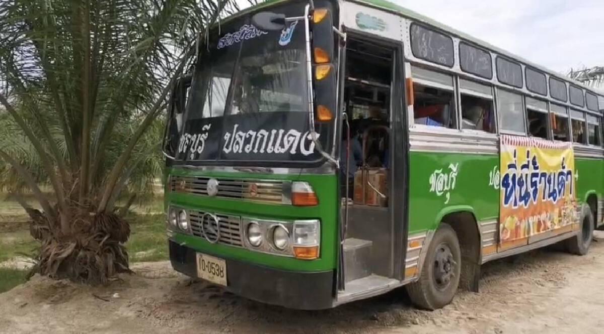 สู้ภัยโควิดนำรถโดยสารมาแปลงสภาพเปิดร้านกาแฟ ขายขนมกรุบกรอบ