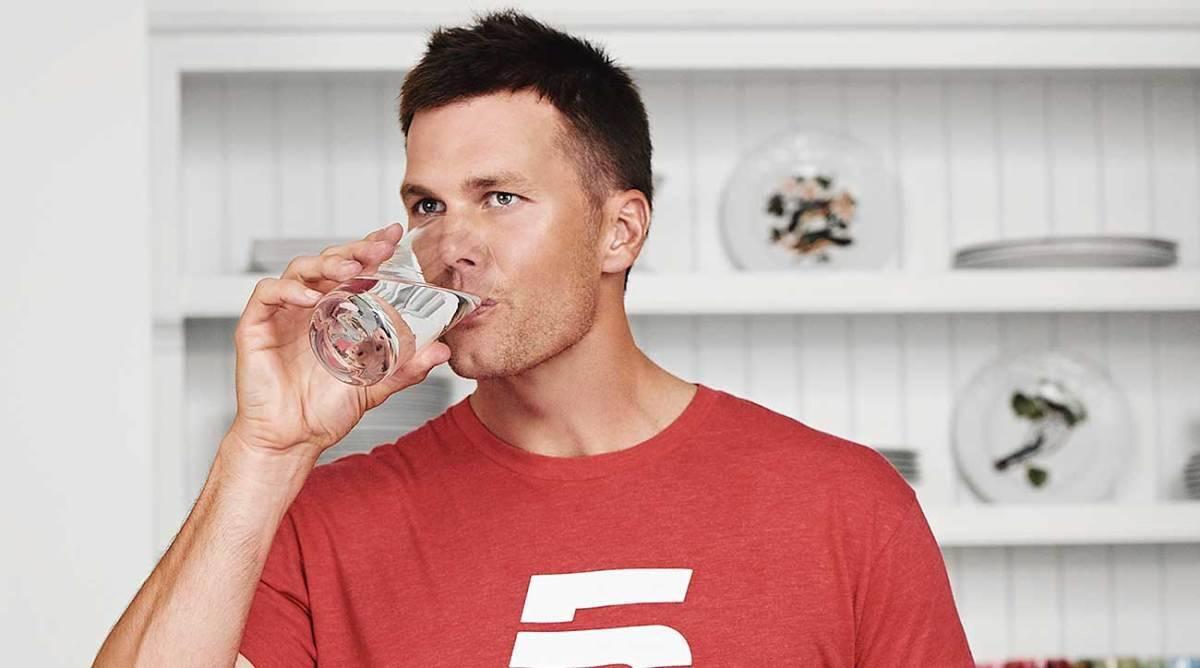 (ทอม เบรดี ดื่มน้ำวันละ 12-25 แก้ว และมีวินัยในการใช้ชีวิตอย่างเคร่งครัด ภาพจาก https://tb12sports.com/)