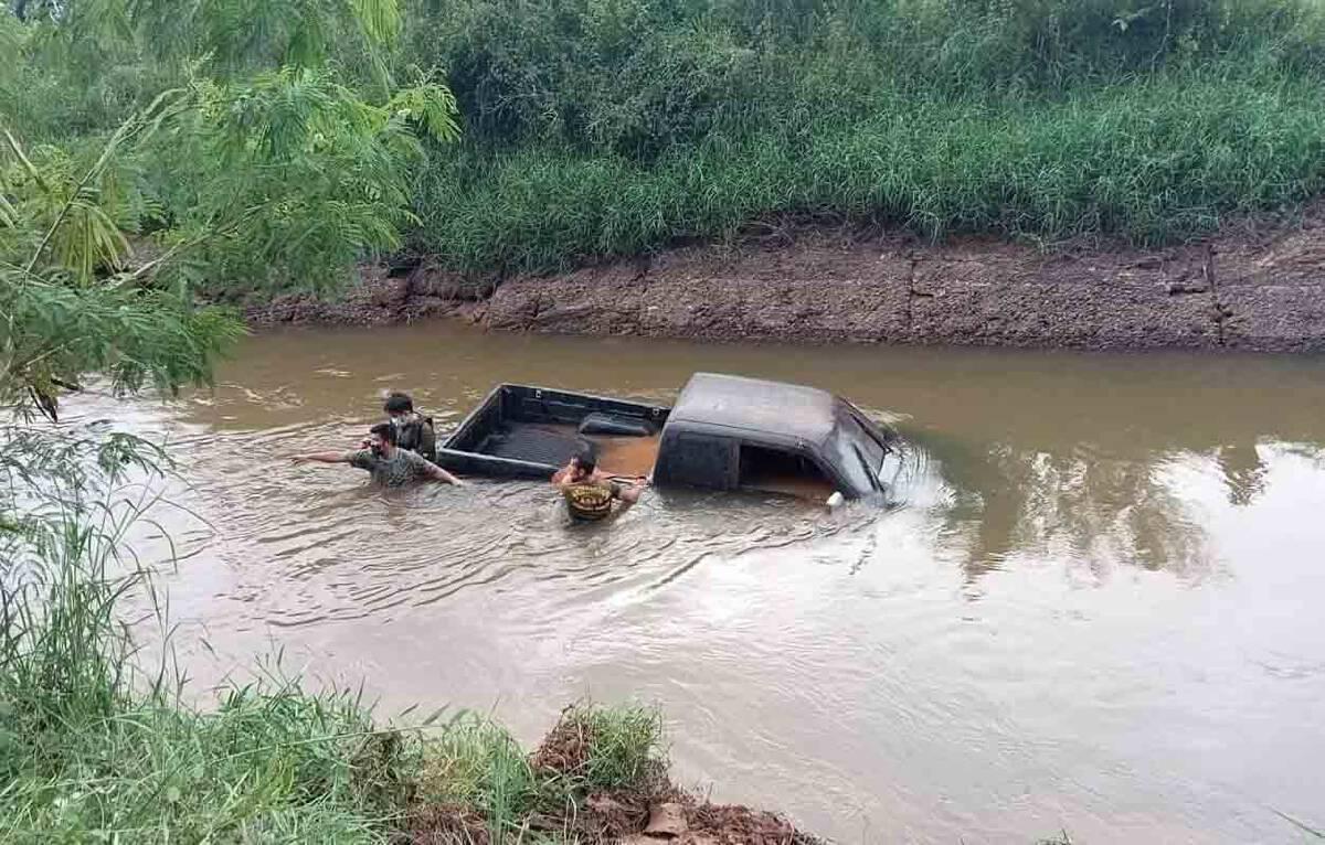 ชาวบ้านผงะพบรถกระบะโผล่ก้นคลองน้ำสงสัยโจรกรรมอำพราง
