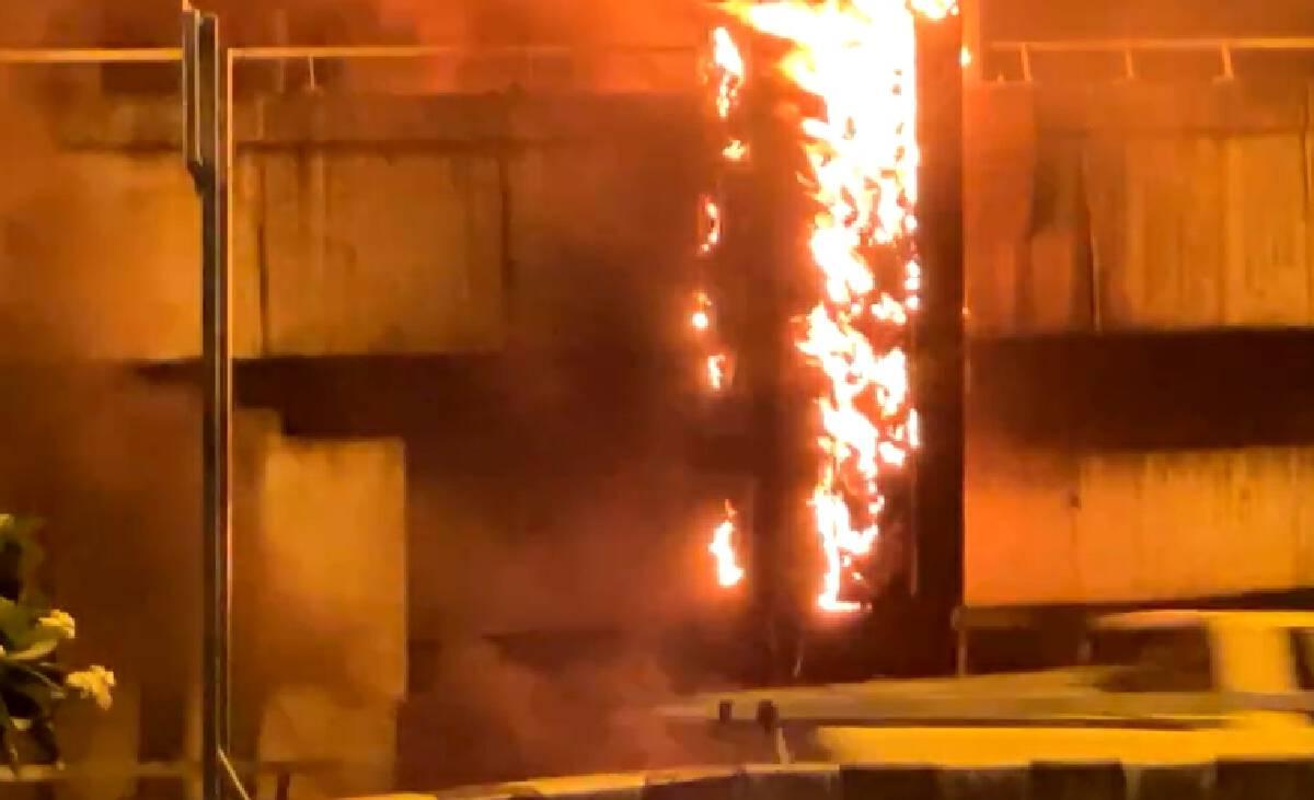 """ไทม์ไลน์ """"ม็อบทะลุแก๊ส"""" 12 กันยายน เผาซุ้ม-ปาระเบิด"""