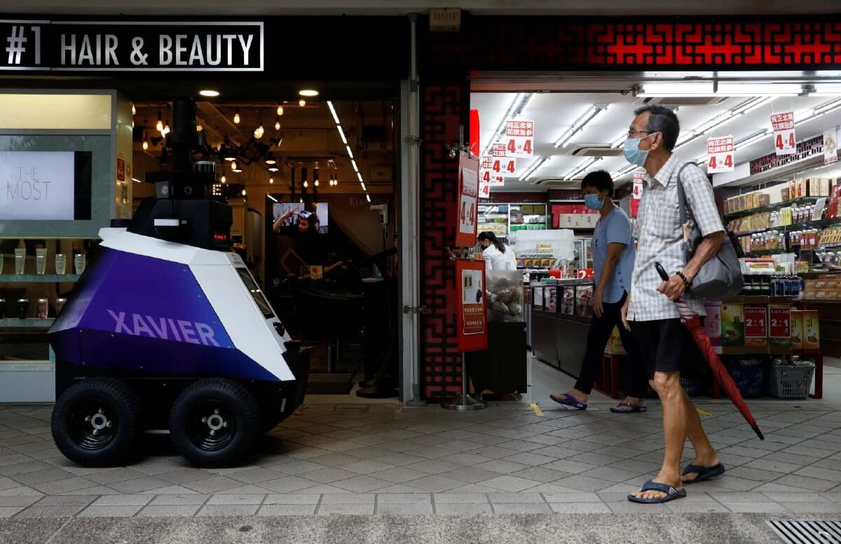 สิงคโปร์ใช้หุ่นยนต์ตรวจสอบพฤติกรรมคนไม่ป้องกันโควิด