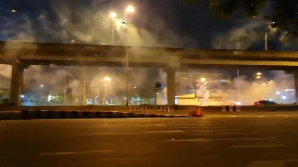 กลุ่มทะลุแก๊ส กว่า 20 คน นำพลุไฟและระเบิด ยิงใส่คฝ.เสร็จแล้วแยกย้าย