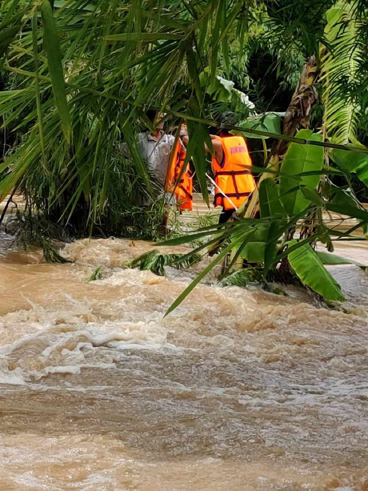 สองสามีภรรยาพลัดตกน้ำ สามีจมหายไป ภรรยาลอยแพ รอดหวุดหวิด