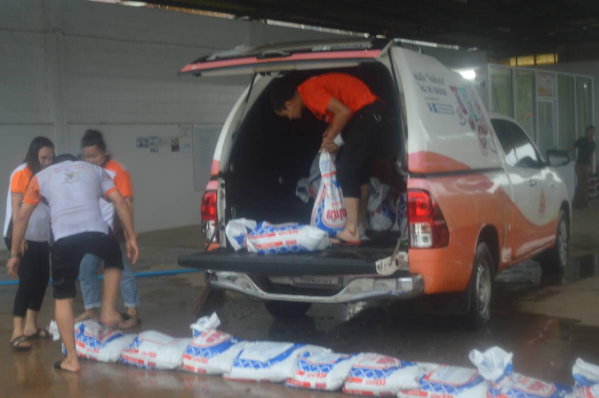 น้ำทะลักท่วมเทศบาลเมืองวังสะพุงร้านค้าเก็บของหนีน้ำ