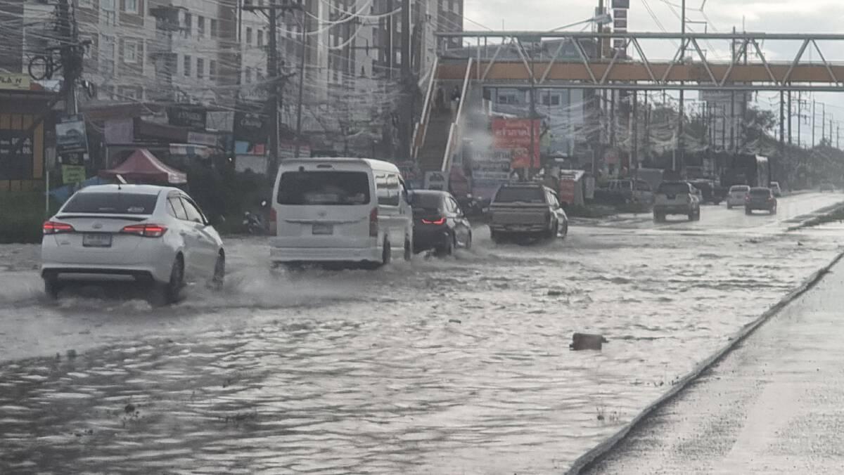 ฝนตกหนักสะสมที่โคราช ทำถนนมิตรภาพขาล่อง ช่องทางคู่ขนาน น้ำท่วมขัง