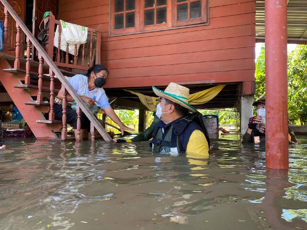 """นายก อบจ.สุโขทัย ควง""""บิณฑ์ บรรลือฤทธิ์""""ช่วยผู้ประสบภัยน้ำท่วม"""
