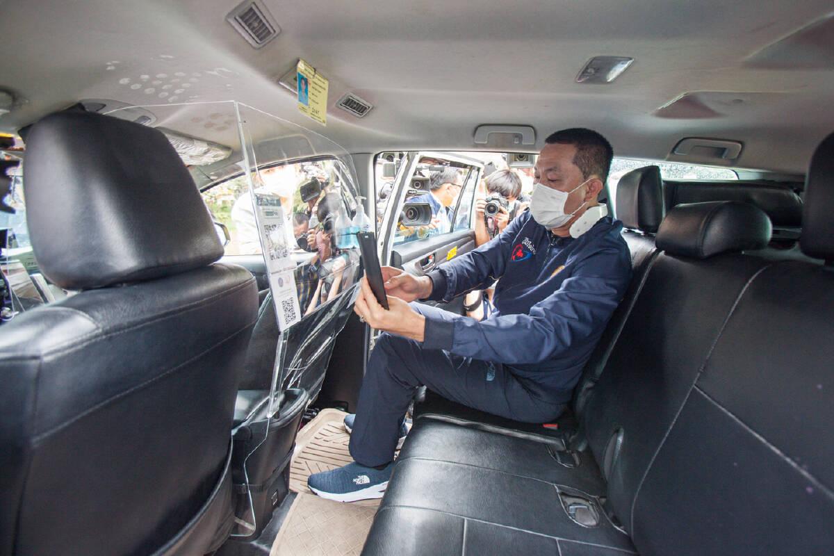 นำร่องติดฉากกั้น ยกระดับความปลอดภัยผู้ใช้บริการรถแท็กซี่