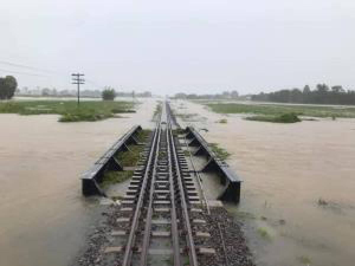 รฟท.เผย น้ำท่วมเส้นทางรถไฟ งดขบวนรถท้องถิ่น 2 ขบวน