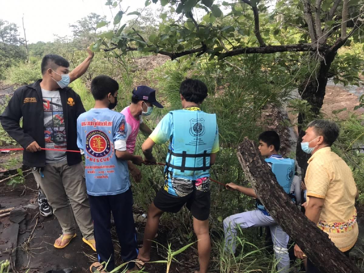 ระทึกกู้ภัยช่วย 3 ชีวิตเด็กติดน้ำป่าภูพานในน้ำตกผาลี่