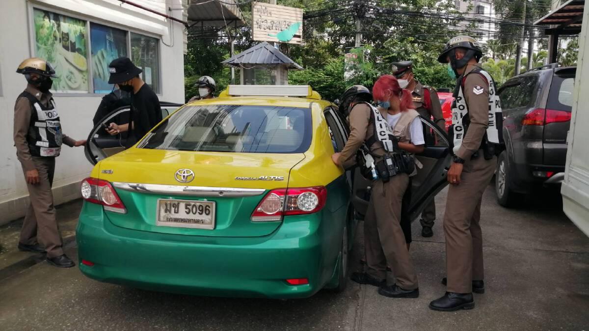 ตำรวจตั้งด่านค้นรถยนต์นศ.กลุ่มแนวร่วมม.ธรรมศาสตร์นัดรวมตัวหน้าหอศิลป์
