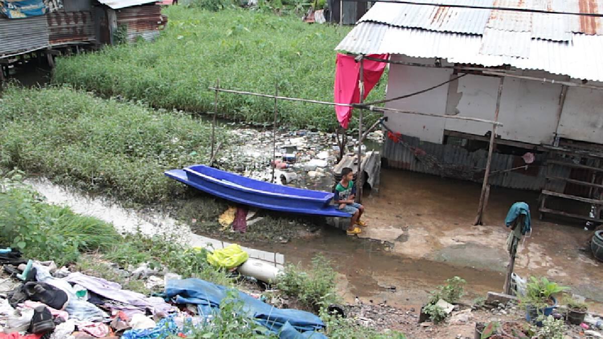 น้ำท่วมชุมชนริมทางรถไฟเริ่มลดลง หลังถูกพายุฝนกระหน่ำหนัก