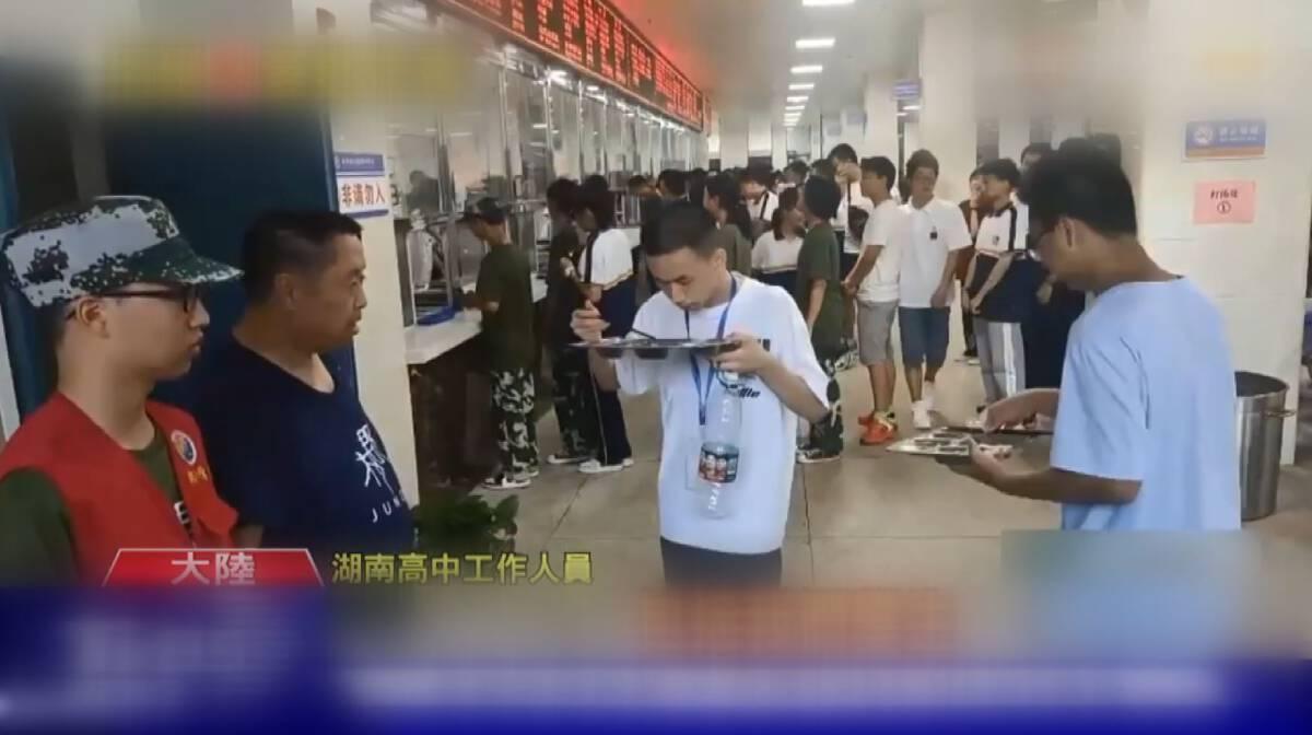 ครูใหญ่จีนดักกินอาหารเหลือของนักเรียน
