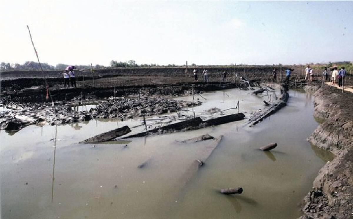 สภาพเรือโบราณพนม-สุรินทร์ บริเวณขุดพบในนากุ้ง เมื่อ พ.ศ. 2560 / ภาพ https://www.silpa-mag.com/history/article_13859
