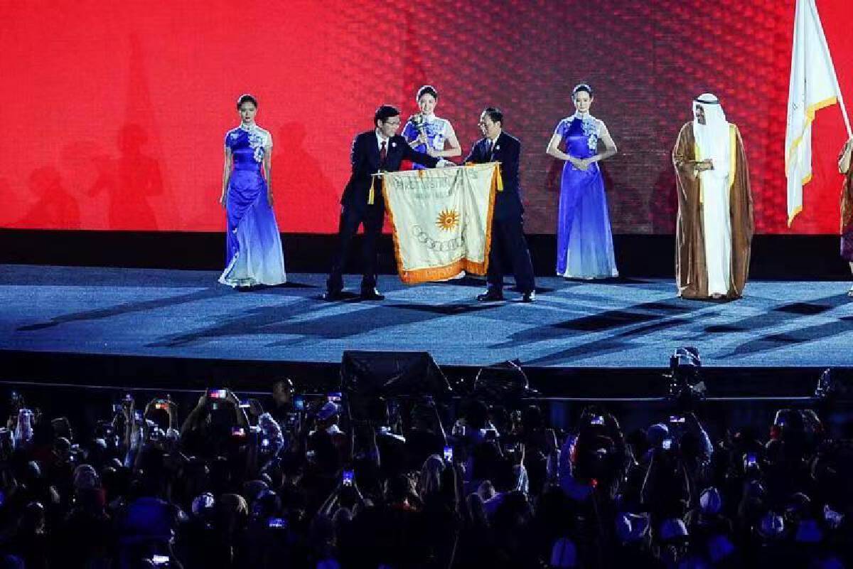 """เมืองหางโจวได้รับธงในพิธีปิดการแข่งขันเอเชียนเกมส์ครั้งล่าสุดที่กรุงจาการ์ตา โดยเป็นการประกาศว่าเอเชียนเกมส์ได้มาถึง """"ช่วงเวลาของหางโจว"""" อย่างเป็นทางการ"""